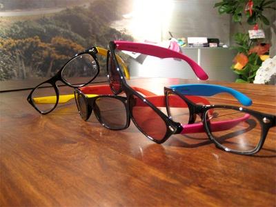 ふちがカラフルなTOYメガネ(6300)はサングラスもあり、それぞれ4色展開