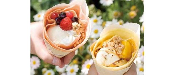 ママの手焼きクレープ。いちご&ブルーベリー¥600(左)と、隠し味にブラックペッパーを使ったアップル&マンゴー¥600(右)の2種類※「アミティ・アイスクリーム」にて販売