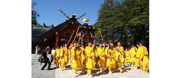 神輿(みこし)行列に、途中8基の山車が加わる。14:00から三越前で市民に神輿を披露する駐れん祭を開催