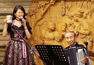 琵琶湖ホテルではアコーディオンと歌の演奏を行う