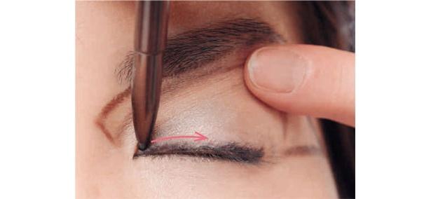 2今度は目頭から、同じように少しずつまつ毛の根元を埋めながらラインを描いていきます。「1で描いたラインと真ん中でドッキングさせれば、初心者の人もきれいに描けます」