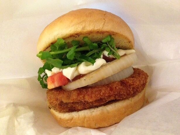 挽肉ではなくチョップした肉を使用!季節商品の「チョップドビーフカツバーガー」(490円)