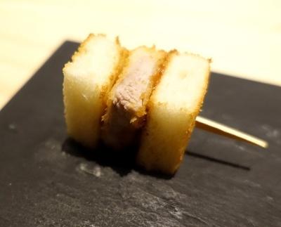 【写真を見る】小ぶりな食材をピックに刺して提供する「いぐち・ピンチョススタイル」