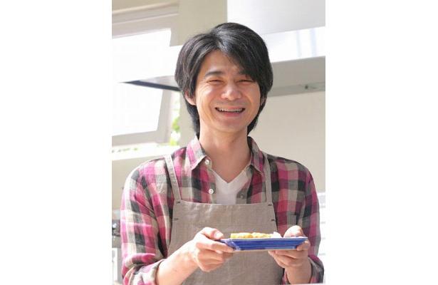 料理上手な夫を演じる吉岡秀隆