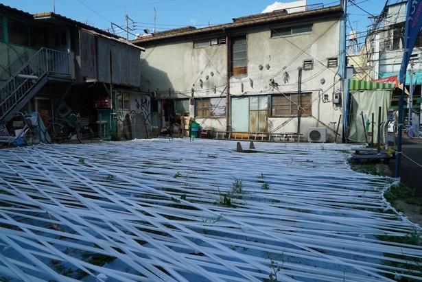 昨年出展した「寺田忍」の作品で、屋外のスペースに包帯を張り巡らした「記憶の海」。今年も作品を出展