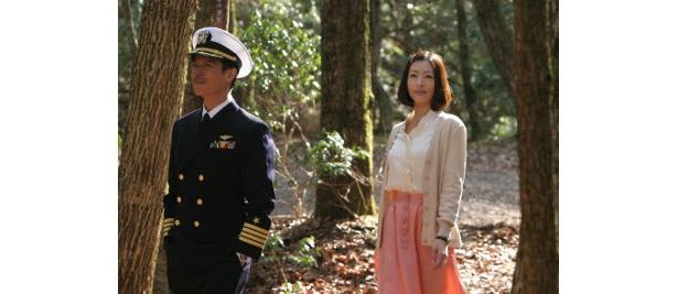 共演に松雪泰子。クヒオに騙される女・しのぶ役