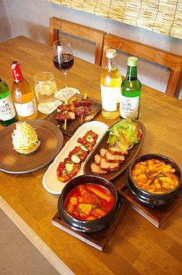 三段豚バラ肉をコチュジャンソースで味付けし、炭火で焼いた「赤いサムギョプサル」(中央¥924)など、メニューは強い火で素材の旨味を引き出したものが多い