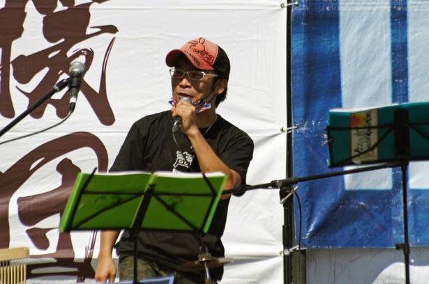 声優の伊藤健太郎。ライブでは打楽器のカホンを担当