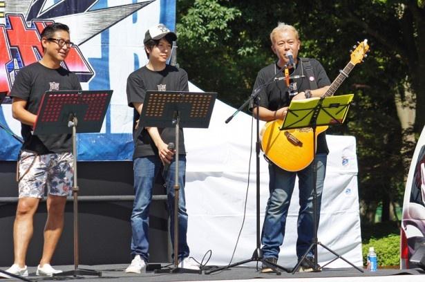 写真左から志村知幸、堀江一眞、神奈延年。神奈はギターも担当