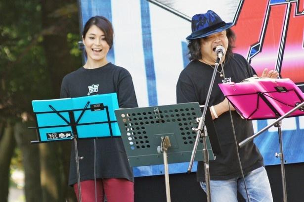 甲斐田裕子(写真左)と檜山修之(同右)。2人とも声援団のメンバーとしてすっかりなじみの顔に