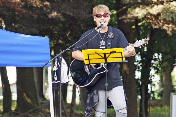 声優の勝杏里。この日もギター担当として声援団のライブをサポート