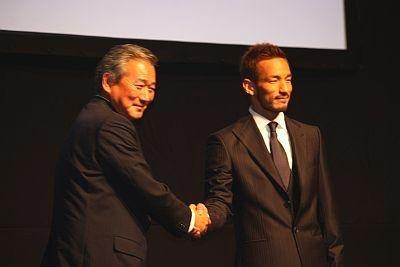 全面協力してくれる東芝の社長とガッチリ握手!