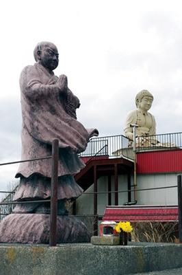 周囲にも仏像が点在し、さながら宗教テーマパークのよう