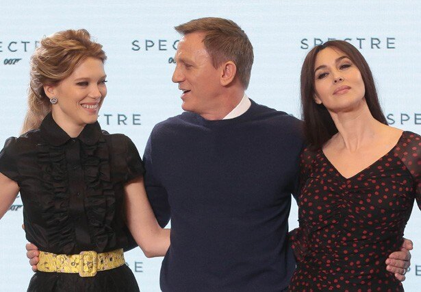 【写真を見る】『007 スペクター』で4度目のジェームズ・ボンドを演じるダニエル・クレイグとボンドガールのモニカ・ベルッチ&レア・セドゥ