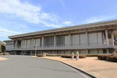 【写真を見る】東京国立博物館東洋館の外観。アジアの交流をテーマにした作品が揃う