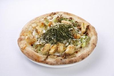 【写真を見る】笹岡隆次氏が手がける「シャキシャキ白菜と油揚げの和風しらすピザ」は、和食でおなじみの食材をちらした和風ピザ