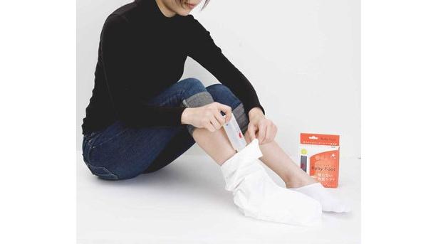 専用ソックスをはいてローションを注入。入浴後の清潔な足に行なうのがおすすめ