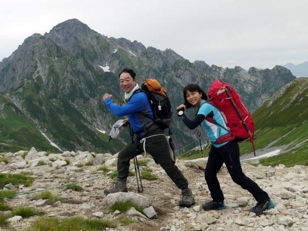 石丸謙二郎が、明治時代に測量隊員が決死の覚悟で登った「長次郎谷ルート」を登る。右は山岳ライターの小林千穂