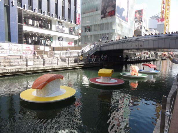 突如、道頓堀に巨大寿司が出現!/Class株式会社「ローリングスシー」