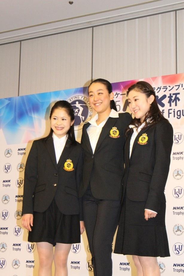 2015NHK杯国際フィギュアスケート競技大会の取材会に登壇した(左から)宮原知子、浅田真央、木原万莉子