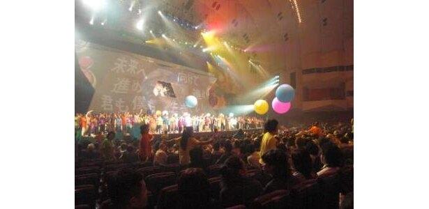 約1時間半のステージは「WONDERFUL WORLD」の大合唱でフィナーレ