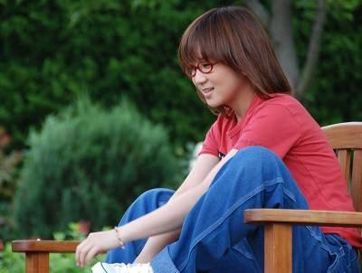 NHK「世界一周!地球に触れるエコ大紀行」のテーマソング「明日咲く花」を歌う奥華子