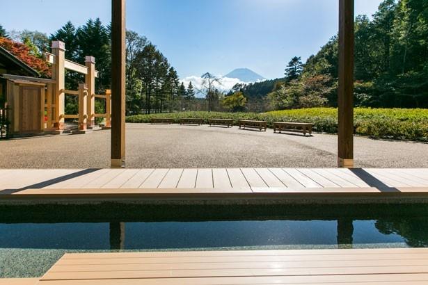 富士山を眺めながら入る足湯は、格別の気持ちよさ!