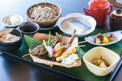 名水百選にも選ばれた富士の湧水で作る「忍野豆腐」や「忍野そば」など、名物を1度に楽しめる「忍野御膳」(2500円)
