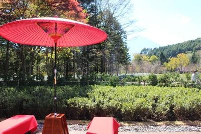 赤い野点傘が風情ある雰囲気を演出する茶処