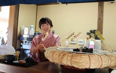 茶処で楽しめる「焼き団子」(350円)は、みそだれ、醤油だれ、抹茶の3種類