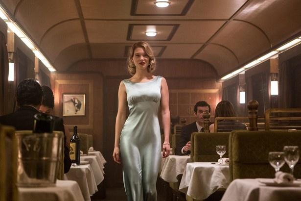 Wボンドガールのオフショットを独占解禁!ドレス姿で列車の中をあるくレア・セドゥ