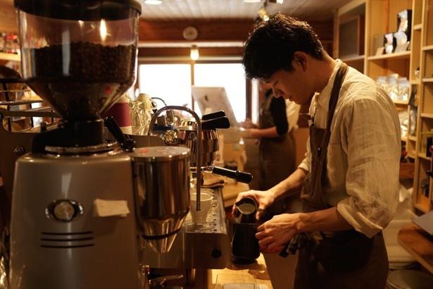 コーヒー試飲会では、日替わりロースターがプロの技を披露。おすすめの豆で淹れたコーヒーの試飲ができる