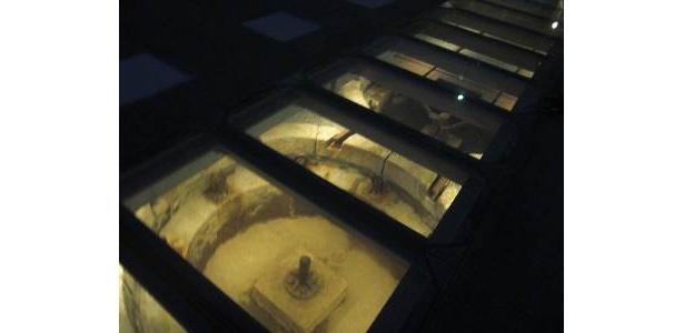 明治期の遺稿は強化ガラスの下にある。ガラスの上に上るのはちょっとコワイ