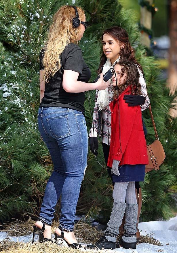 【写真を見る】現場でレイシーや子役の少女を演出するマライア