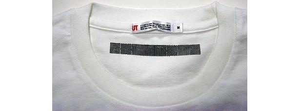 襟首にはcommonsのロゴ