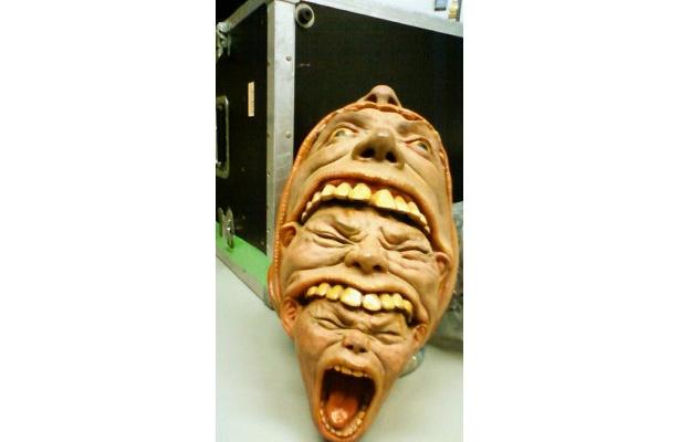 口の中からいくつもの顔がッ!! 会場には驚愕の造形作品が多数展示されている