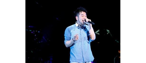 彼の心のこもった歌い方に会場も盛り上がる!