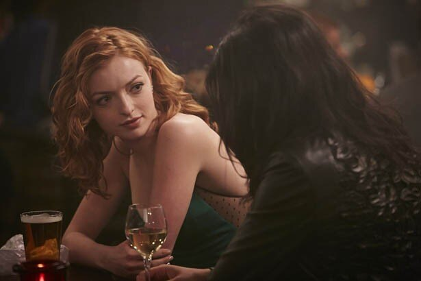 クリント・イーストウッドの娘、フランチェスカの超セクシーな場面写真を初公開!バーで楽しむモリー