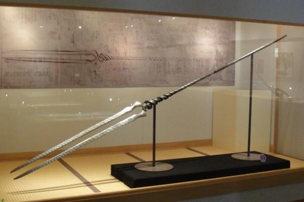 【写真を見る】あのヱヴァンゲリヲンの「ロンギヌスの槍」も日本刀で再現された!?11月23日(祝)まで、長野県坂城町「鉄の展示館」で開催されている「ヱヴァンゲリヲンと日本刀展」より。