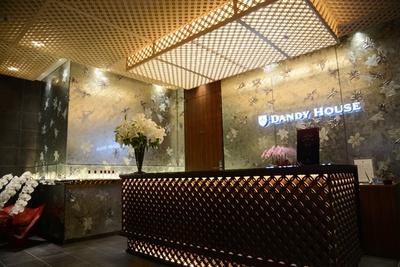 【写真を見る】釘を使わず、木を組み合わせて作る「組子」や、金箔の壁面が高級感を引き立てる「男のエステ ダンディハウス 銀座本店」のエントランス