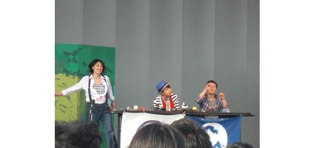 曲にあわせて歌う悠人、指揮する岩ちゃん、ノリノリの香菜子さん