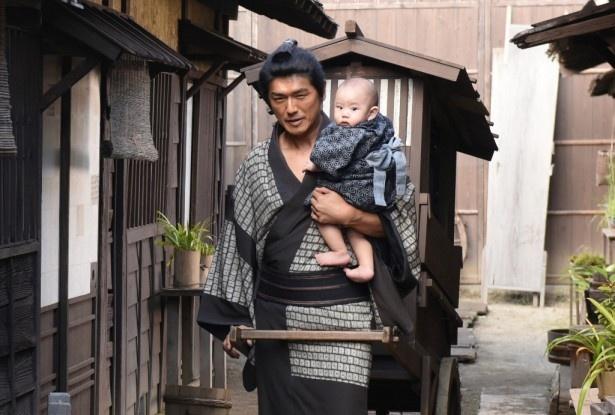 制作が決定したBS時代劇「子連れ信兵衛」でワイルドに赤ん坊を抱く高橋克典