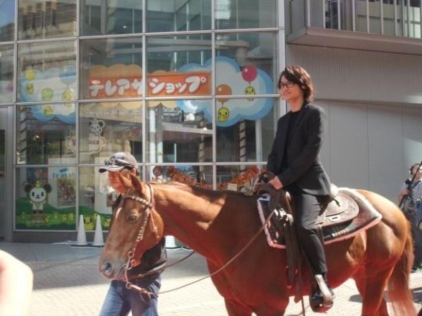 侍姿の錦戸亮と神木隆之介が馬に乗ってさっそうと参上!