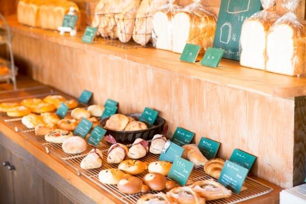 篠栗のベーカリー「パンサク」。チョコクリームたっぷりの「くまパン」(150円)などキュートでおいしいパンが並ぶ