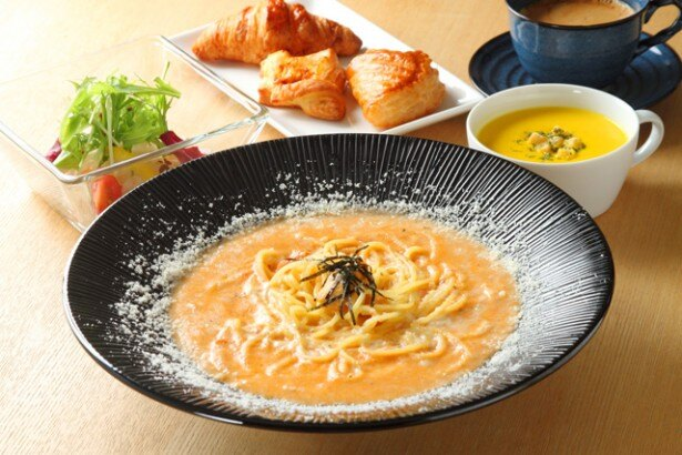 CAFE DINING COCOCINAの「ウニのオリジナルクリームソース」(ランチセット1900円)。14時までの限定メニューだ