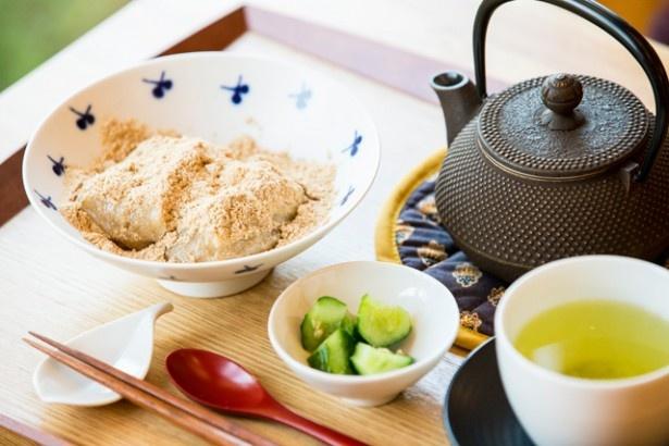 Cafe Kurataでは、地元野菜をふんだんに使用し、体に優しい料理を提案。杵つき玄米餅を使った和風スイーツ「玄米きなこ餅」(780円)でほっこりタイムを