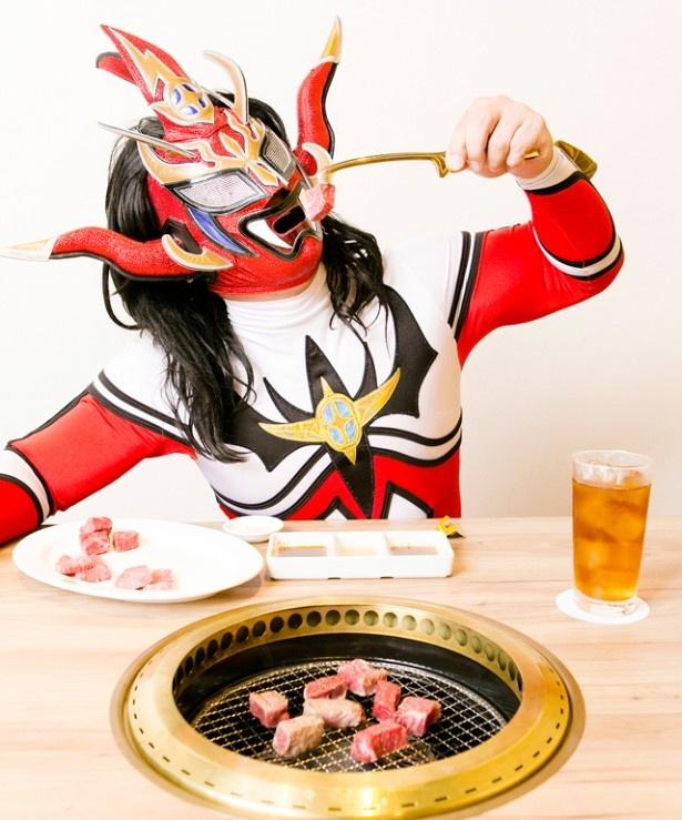 【写真を見る】インタビュー後に行った、肉料理店ロケの模様は福岡ウォーカー12月号(11/20発売)に掲載。福岡在住歴20年以上ながら、意外にも福岡ウォーカー初登場となった雄姿に期待