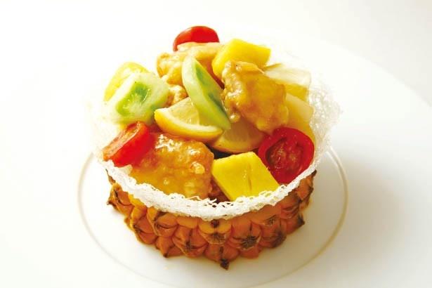 彩り鮮やかな南国リゾート料理「石垣パイン、季節の野菜、信玄とりの甘酢仕立て 国産レモンの香りと生姜入りフルーツヴィネガーの美容ソース」