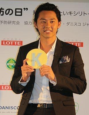 金メダルガムを手にご機嫌の北島康介選手