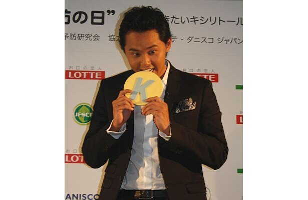 """""""金メダルガム""""をかじる北島選手の画像はコチラ!"""